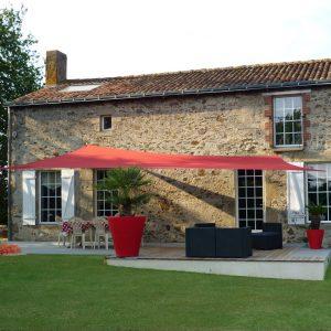 Aménagement d'une terrasse avec une voile d'ombrage